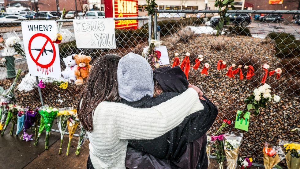 Ungdomar sörjer sin skolkamrat som dödades i skjutningen i Boulder, Colorado.