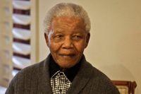 Dåliga lungor tvingar Mandela till sjukhus igen. Men här firar han sin 94:de  födelsedag i Qunu, Sydafrika. Hans tillstånd bedöms som allvarligt men stabilt.