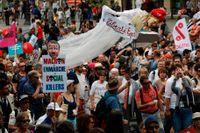 Tiotusentals parisare demonstrerade på lördagen mot president Emmanuel Macrons politik.