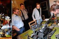 lägenheten på Kungsholmen i Stockholm är det fullt krig: Krille funderar på nästa drag i figurspelet Warhammer. Patrik, Anton och Ludde tittar på.