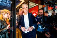 Norges blivande statsminister Jonas Gahr Støre på väg till presskonferens i Oslos Folkets hus dagen efter valsegern i stortingsvalet.