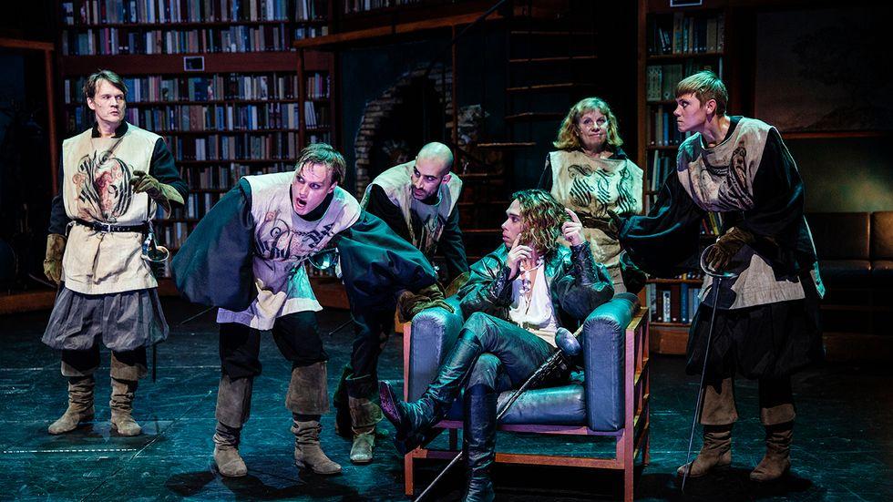 """Malmö stadsteaters scen Hipp har förvandlats till ett bibliotek för uppsättningen av """"Cyrano de Bergerac""""."""