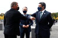 Israels utrikesminister Gabi Ashkenazi hälsar coronavänligt på Förenade arabemiratens utrikesminister Abdullah bin Zayed al-Nahya under besöket i Berlin.