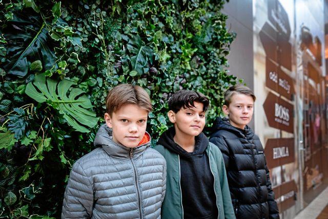 """Killarna berättar att de precis har kommit till den ålder då de gärna är ute lite senare på kvällarna. Men ingen av deras föräldrar är särskilt pigga på idén. """"Mina föräldrar är rädda för att vi ska bli rånade eller utsatta för någonting annat hemskt om vi är ute sent"""", säger Nicholas. Foto: Emma-Sofia Olsson"""