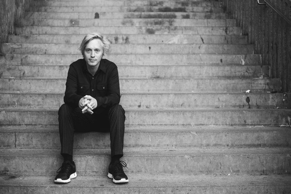 """Jack Hildén (född 1989) och bosatt i Rågsved är skribent på Aftonbladet Kultur och har tidigare gett ut romanerna """"Vi, vi vaktmästare"""" och """"God och opåverkad""""."""