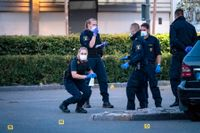 Kriminaltekniker på plats innanför avspärrningarna vid Gamlegårdens Centrum i Kristianstad efter tisdagens skottlossning.
