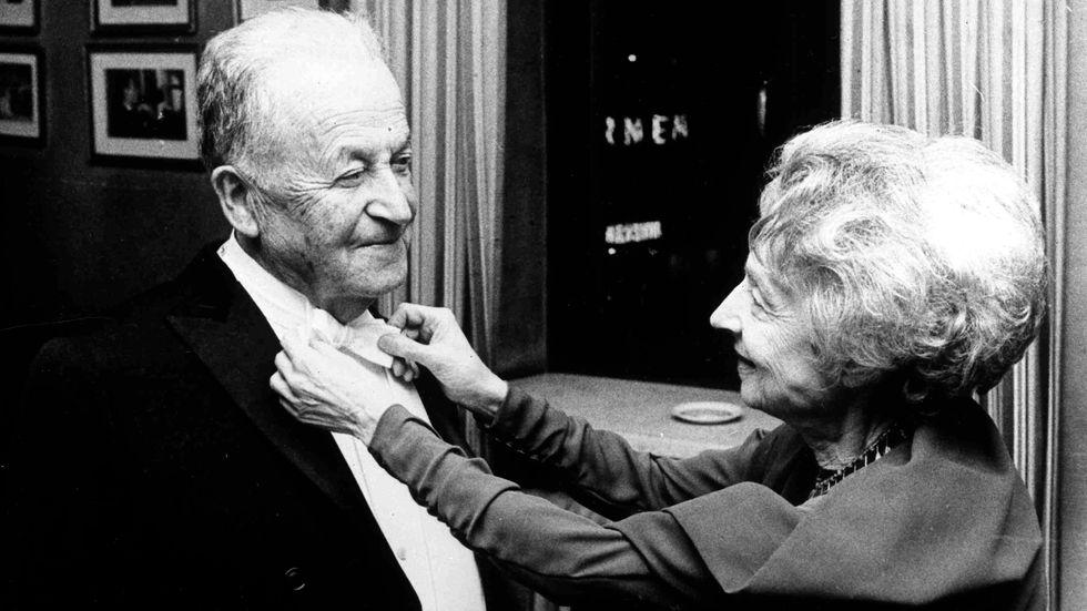 Nelly Sachs rättar till flugan på Samuel Josef Agnon, strax innan de båda ska tilldelas litteraturpriset i Konserthuset 1966.