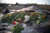 Blommor och minnessaker på en del av flygplansvraket, på olycksplatsen.