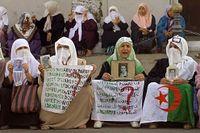 Kvinnor med plakat som kräver svar på vad som hänt med närstående män som försvunnit under de oroliga åren på 90-talet.