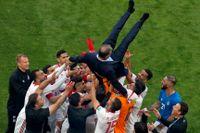 Irans spelare hyllar förbundskaptenen Carlos Queiroz efter segern mot Marocko tidigare i VM. Arkivbild.