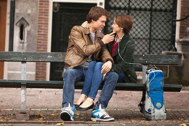 """Filmversionen av """"Förr eller senare exploderar jag"""" hade premiär sommaren 2014. Agustus spelas av Ansel Elgort, och Hazel görs av Shailene Woodley."""