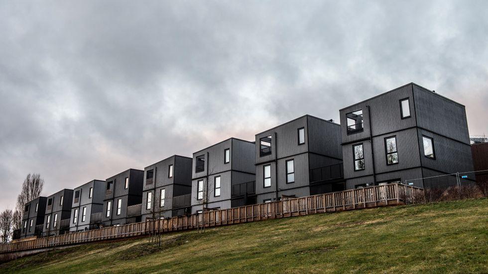 Nya bostadsrätter i miljonprogrammets Fittja, söder om Stockholm. Byggprojektet, med låg skala och en mängd olika bostadstyper, är en medveten satsning på att bygga billigt och samtidigt utveckla ett storskaligt miljonprogramsområde. Husen är ritade av Kjellander + Sjöberg arkitektkontor.