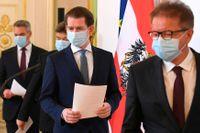 Österrikes hälsominister Rudolf Anschober, längst till höger i bild bredvid förbundskansler Sebastian Kurz, aviserar omfattande testning på landets äldreboenden. Arkivbild.