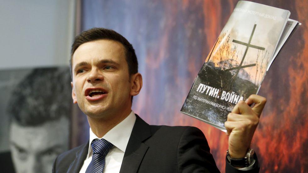Den ryske oppositionsledaren Ilja Jasjin besökte Stockholm i veckan, här med den mördade företrädaren Boris Nemtsovs rapport om Kremls insatser i Ukrainakriget.