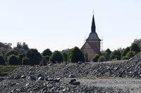 Sprängsten dominerar miljön vid S:t Botvids medeltida kyrka i Botkyrka.