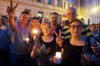 Sylwia och Piotr Pietraszek, till höger i bild, protesterade framför presidentbostaden tillsammans med sina grannar Barbara Antoniewicz och Tomasz Ząbecki, samt sonen Michał Pietraszek och hans flickvän Natalia Pelak.