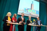 Karin Ernlund (C), Lotta Edholm (L), Erik Slottner (KD) och Anna König Jerlmyr (M) tillsammans med Daniel Helldén (MP) den 12 oktober. Vid pressträffen presenterades Miljöpartiets ja till att styra Stockholm stad tillsammans med Alliansen.