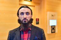 Den tjetjenske regimkritikern Tumso Abdurachmanov anländer till säkerhetssalen i Attunda tingsrätt.