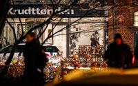 Polisen undersöker den sönderskjutna entrén till kulturhuset Krudttønden i stadsdelen Østerbro i Köpenhamn där konstnären Lars Vilks deltog i ett debattmöte.
