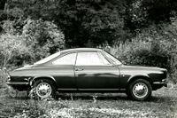 Ett mellanting mellan en Alfa Mondeo och Fiat – fast med franska gener. 1965 visades en vacker Simca i SvD. Fotografen kunde kanske valt en mer idyllisk omgivning än småsly?