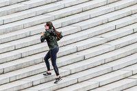 En kvinna springer uppför Watergate Steps i ett coronahärjat Washington. Trappträning är effektivt, visar ny forskning.