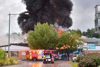 Svart rök stiger från skolbranden i Nyköping.