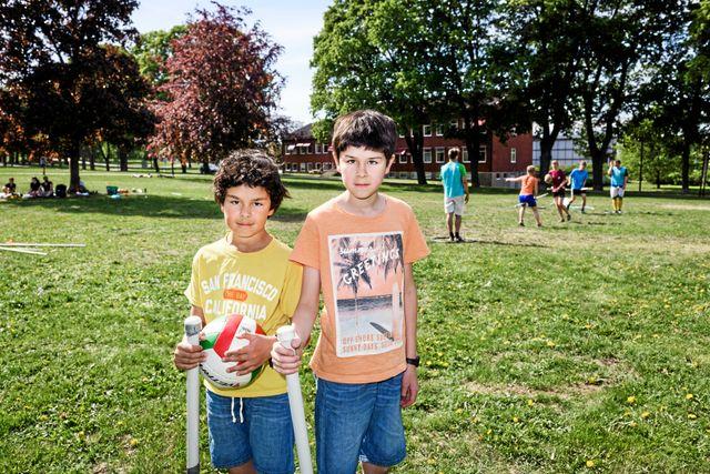 Bröderna Hilding, 9, och Tage, 11, med varsin kvast i handen.
