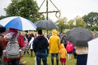 Blött och blåsigt midsommarfirande i Hågelbyparken i Stockholm på fredagseftermiddagen.