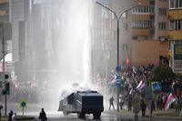 Polisen använder vattenkanon mot demonstranter i Minsk.