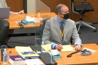 Den dråpåtalade ex- polisen Derek Chauvin i rättssalen på tisdagen.