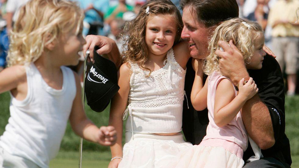 Phil Mickelson med döttrarna Amanda och Sophia 2005. Sonen Evan springer förbi i förgrunden.