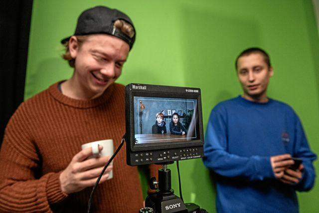 Ombytta roller. Joel och Emil bakom kameran och juniorreportrarna på film.
