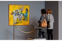 """Auktionspubliken kollar in Staffan Hallströms målning """"Ingens hundar"""" från 1953."""