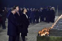Statsminister Stefan Löfven (S), talman Andreas Norlén och kronprinsessan Victoria vid tända ljus under en minneshögtid med anledning av 75-årsdagen av koncentrationslägret Auschwitz befrielse.