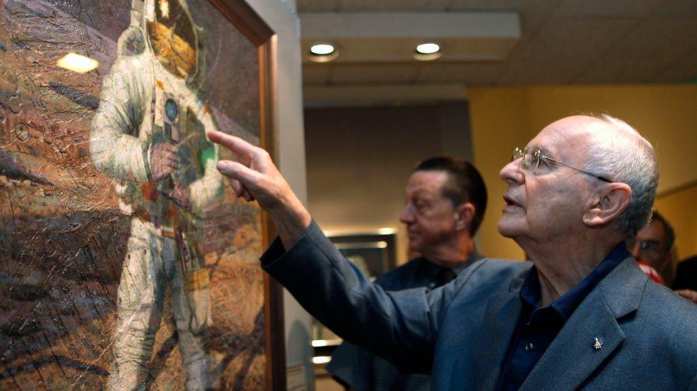 Astronauten Alan Bean vid utställningen av hans tavlor på rymdmuseet i Washington 2009.