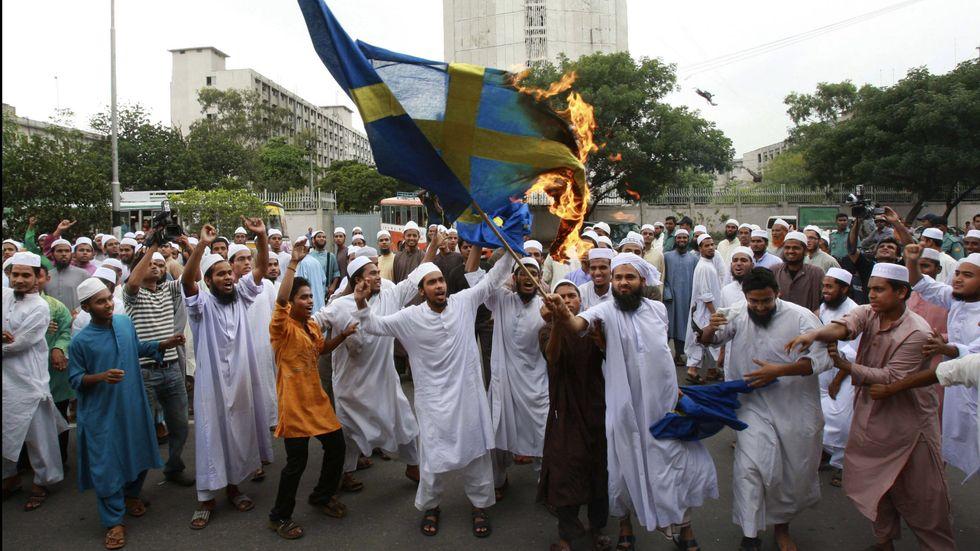 Demonstranter i Bangladesh bränner svenska fanan i samband med protester mot Lars Vilks teckning av profeten Muhammed.