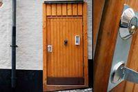 Okänsliga renoveringar förstör den medeltida Gamla stan. Här är såväl puts som dörrar och dörrhandtag otidsenliga. Tegelbågen utan puts kan spricka vid frost.