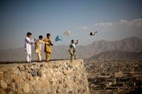 Barn i Kabul flyger drake, en aktivitet som var förbjuden under talibanstyret 1996–2001.