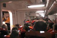 Det var sent på kvällen då det 290 meter långa passagerarfartyget gick på grund utanför Italiens kust. Passagerarna vittnade om ett högt brak och efterföljande panik. Flera av passagerarna fotograferade när de köade ut till livbåtarna. Bland passagerarna fanns fem svenskar som klarade sig.