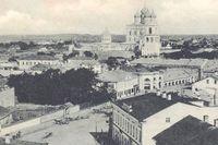 Tåget rullar in i staden Pskov. Paul von Gerich skyndar sig av för att posta några vykort.