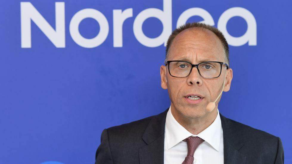 Nordeas vd Frank Vang-Jensen visar korten. Arkivbild.