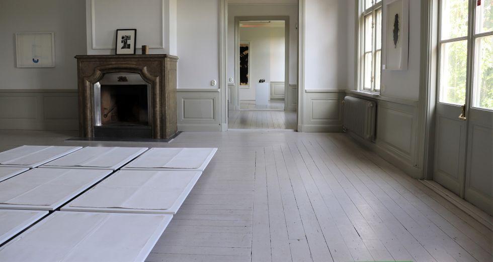 """Rune Höglund beskrev det verk som nu ligger på Fullersta gårds golv så här: """"Nio sargade vita ark, 73 x 100 cm, först vikta två gånger, sedan uppvecklade, daterade från den 3 nov 1979 till den 29 aug 1983, lagda intill varandra utan fastställd ordning."""""""