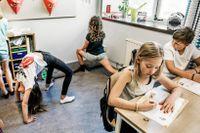 En sida i matteboken ger tio sekunders yoga i Roosa Kuusistos klass.