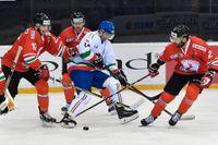 Marco Rosa (i vitt) och hans Italien har haft en turbulent uppladdning inför ishockey-VM. Arkivbild.