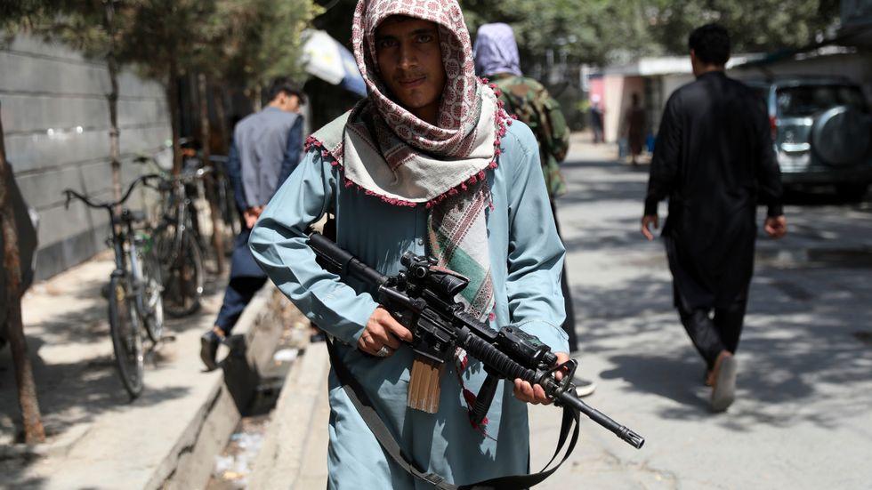 En stridande taliban, fotograferad vid en vägkontroll i området Wazir Akbar i den afghanska huvudstaden Kabul.
