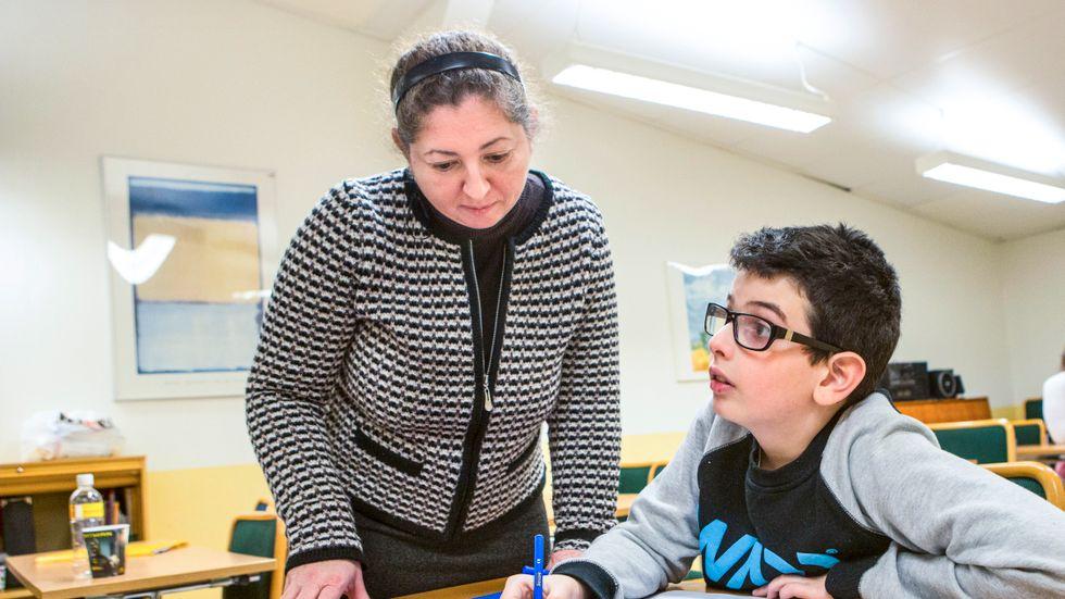 Läraren Iren Horvatne ger Michael Balros romsk modersmålsundervisning i Malmö.