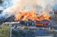 Kraftig brand på soptippen i Kassmyra, som drivs av Think Pink.