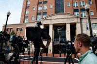Journalister väntar utanför domstolsbyggnaden i Alexandria, Virginia, där rättegången mot president Donald Trumps tidigare kampanjchef Paul Manafort pågår.