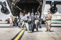 Även USA evakuerar just nu hundratals personer från Kabul. Sverige har hittills evakuerat över 770.