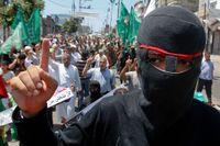 En maskerade Hamas-anhängare demonstrerar mot att palistiner hållas fängslade på gazaremsan.